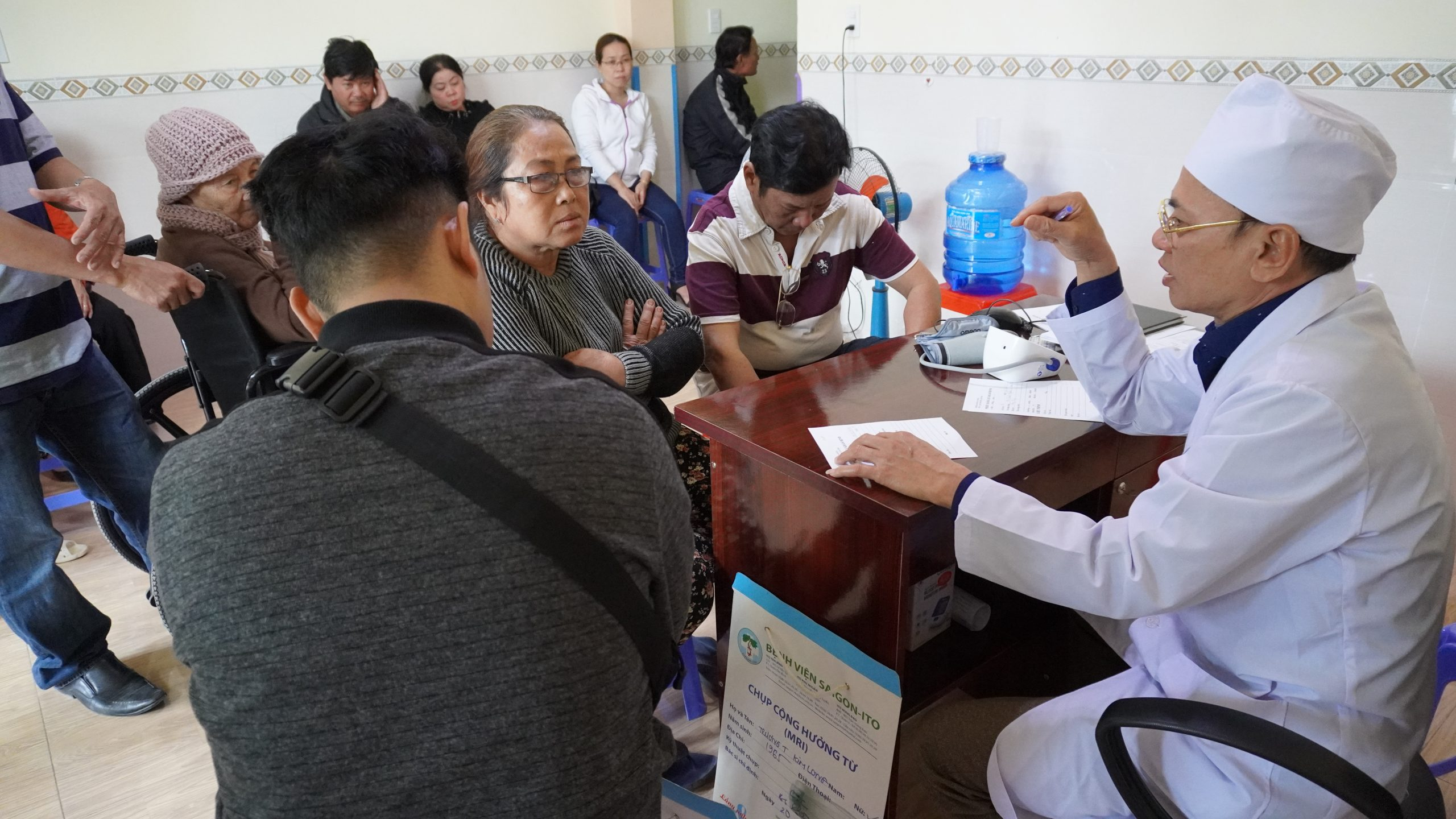 Hình ảnh bác sĩ Trịnh Văn Lục đang khám cho bệnh nhân
